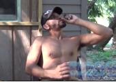 Gay masturbiert outdoor