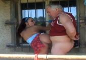 Junge Schlampe beim Outdoor Fick mit Opa