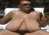 Oma Outdoor mit dicken Titten