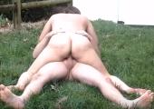 Outdoor Fick auf einer Wiese